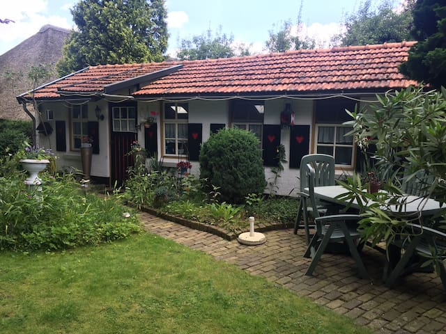 Rustig gelegen Bed & Breakfast in grote privé tuin - Maarheeze
