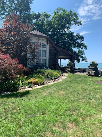 2BR/1ba apt Lake Erie Beachfront in a small town!