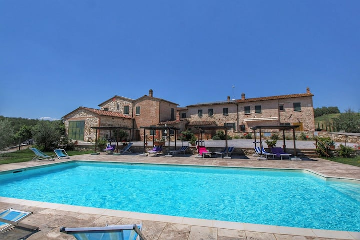 Lovely Farmhouse in Asciano with Swimming Pool