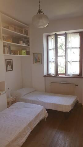 Camera con due lettini singoli. Volendolo, uno dei due letti, su ruote, si può spostare facilmente nella stanza matrimoniale