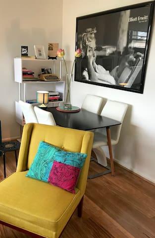 Vogue Stylish apartment nestled in Caulfield.