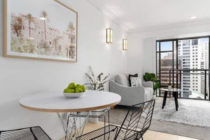 Stylish & Sunny apartment w city skyline views