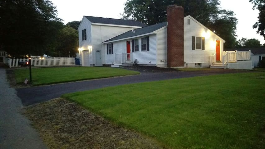 Tewksbury MA House: 3 Beds, 2 Baths -- 5 night min - Tewksbury - House