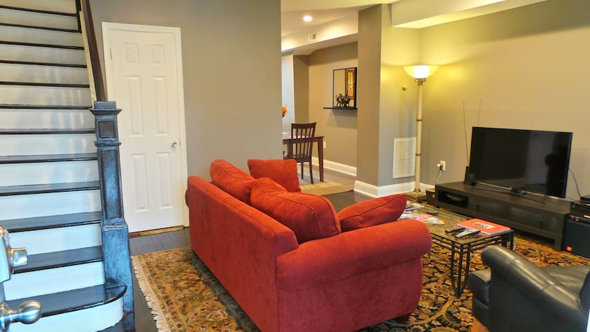 3BR Capitol Hill next to Metro w/ Private Parking