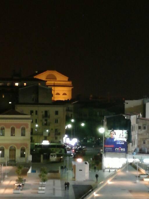 Panorama della piazza con vista sul teatro Massimo