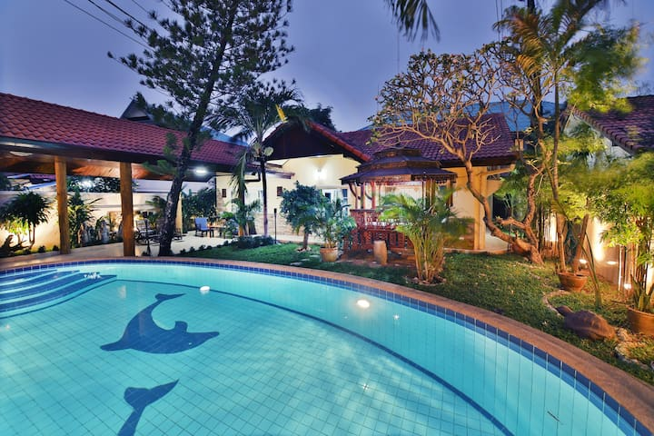 Villa Tropic~4 BR pool Villa, 10 min to Walking St