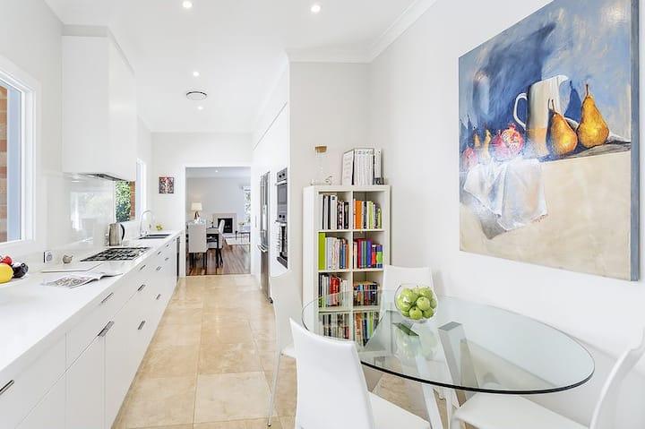 Beautiful Room Near Sydney Harbor and Beach