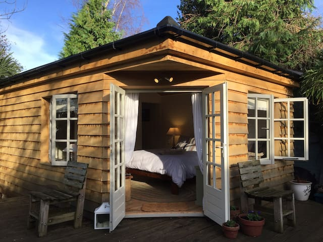 Luxury Private Cabin on an Island - Shepperton - Bed & Breakfast