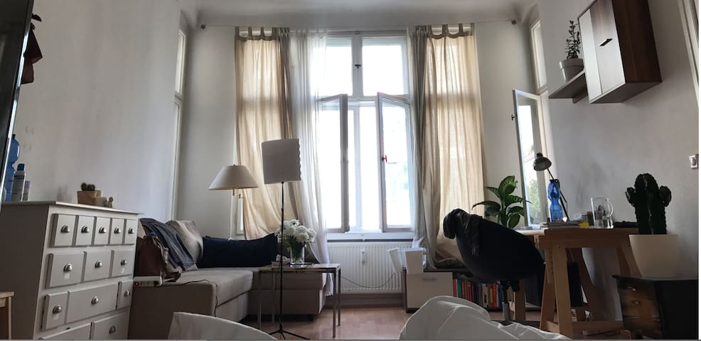 Huge bright room in classic Berlin Altbau