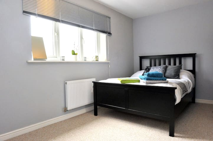 Modern comfy clean double room - Wythenshawe - Casa