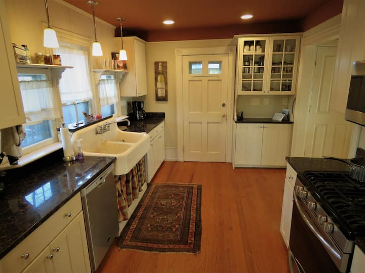 Large Comfy Home Downtown 3 bdrm Sleeps 6+