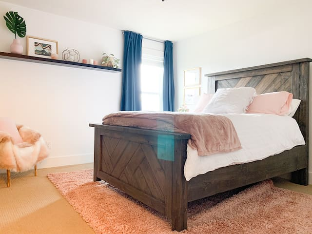 Our 'Pink Room' is a groovy queen size room on the second floor with spectacular views down the Fraser Valley.