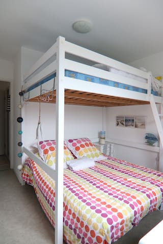 Chambre no2 avec 2 lits double superposés. Le lit du haut est destiné aux enfants.