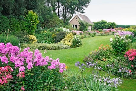 Bijjansse:  privé woning in prachtige tuin!