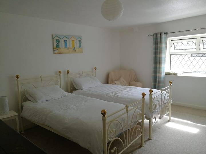Spacious double room in cosy cottage
