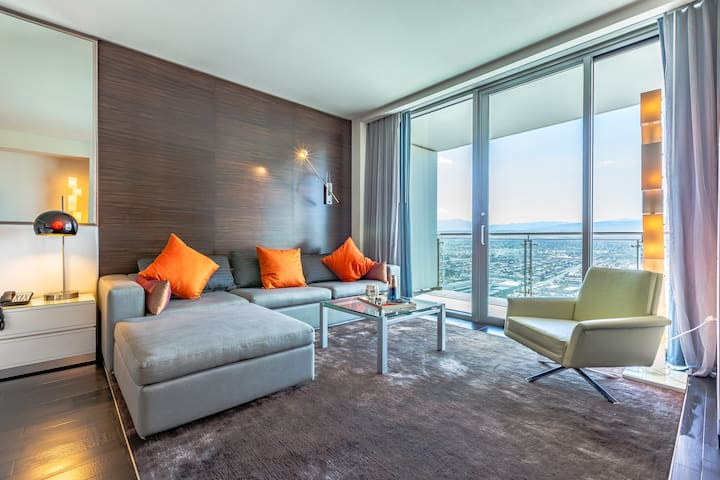 50th floor luxury spa suite at Palms Place- CLEAN!
