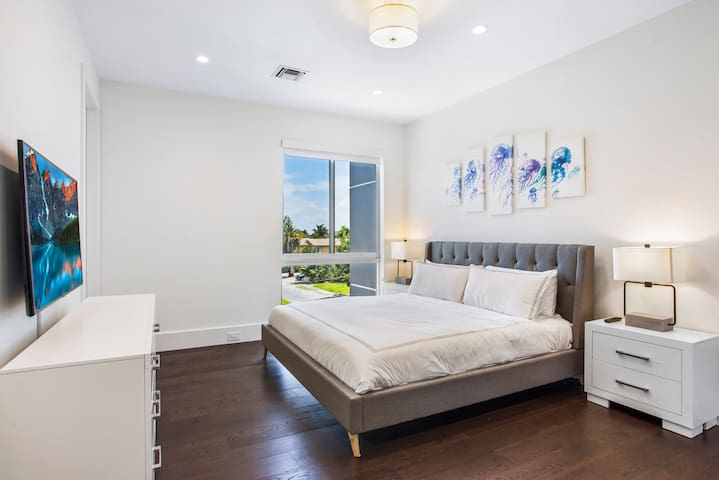 """Suite 4 with king-size bed and 50"""" 4K Samsung Smart TV"""