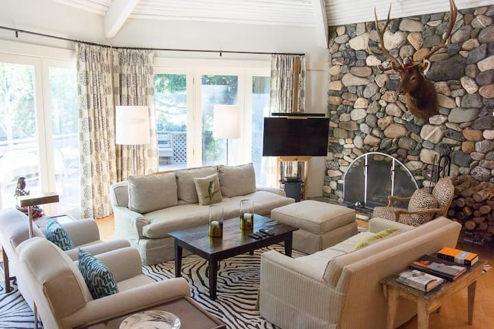 Modern Ranch-Style Retreat with hot tub and views of Warm Springs Creek