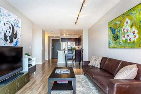 Trendy downtown 1BR+DEN with FREE PARKING! - トロント