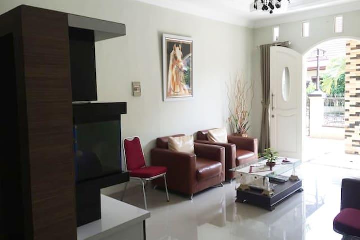 Nice Place to Stay in Pdk Kelapa Iris Room