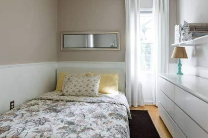 Birmingham: Light & Bright Bedroom
