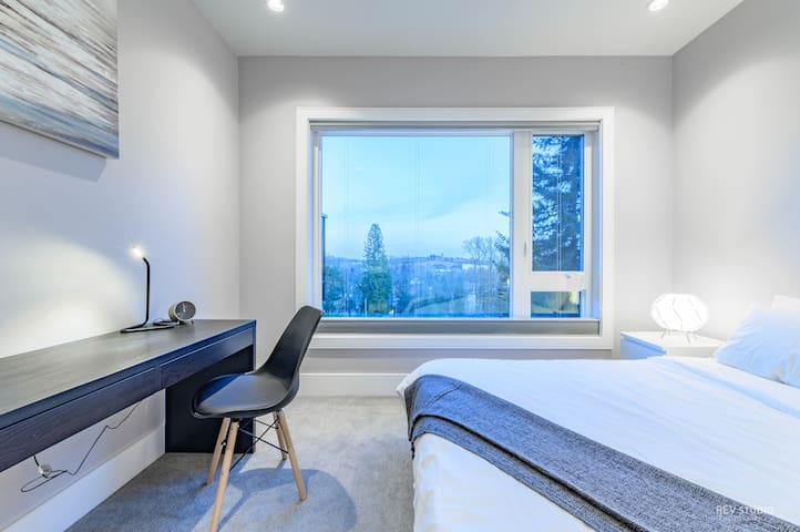 Deluxe Queen Room with Private Bathroom and View