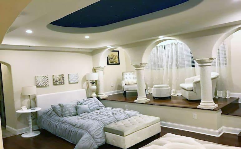 Comfy Sunset Suite ❤Stunning Mansion- gardens