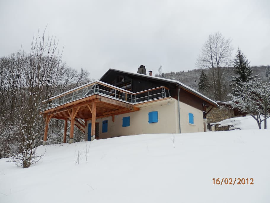 Back of the chalet with its terrace and covered parking for 2 cars