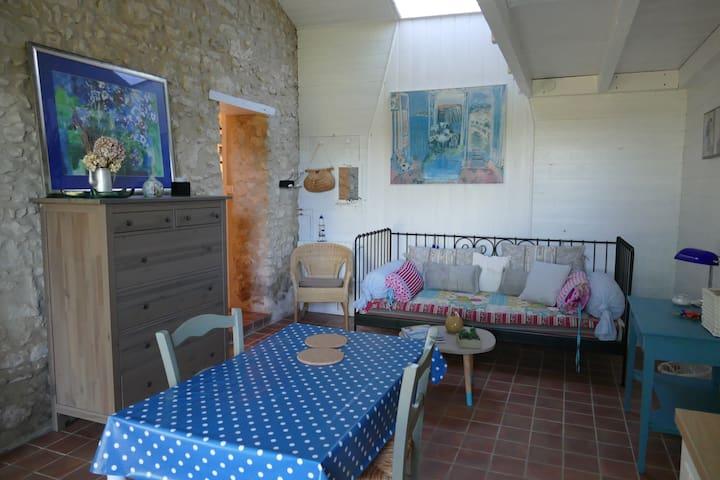 Petit logement tranquille avec piscine - Boisredon - Huis
