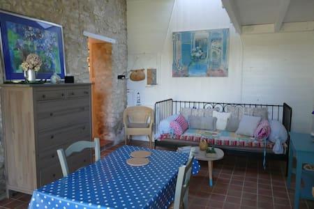Petit logement tranquille avec piscine - Boisredon - Casa