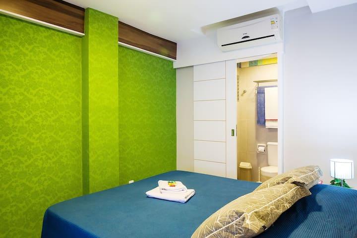 Quarto com configuração de cama de casal. Consulte outras configurações.