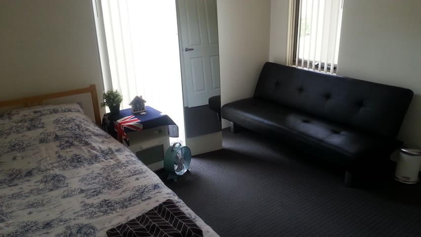 Budget King-Single Bed Room, near Airport(FIFO) - Cloverdale - House