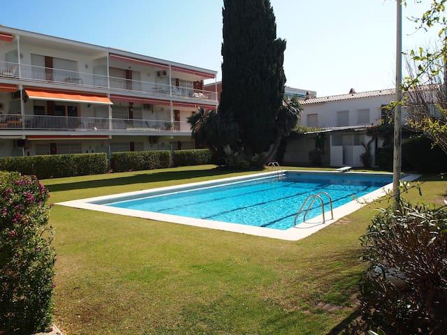 Apartamento con A/A con piscina, junto a la playa!