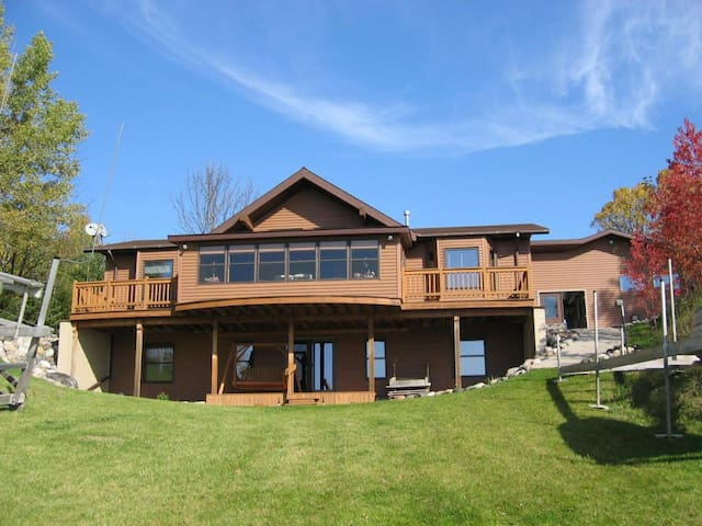 BLACK LAKE SUNSET DREAMS (Onaway, MI): 2020 dates OPEN! Central air!