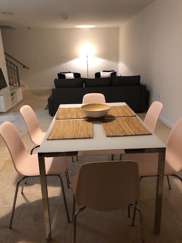 2BR Townhouse in Coral Gables w/ Private Entrance