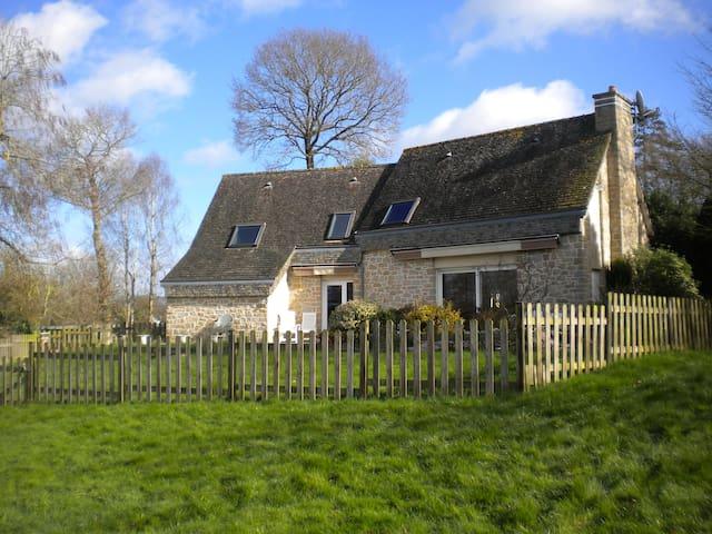 Maison bretonne au bord d'un étang - Trédias - Huis