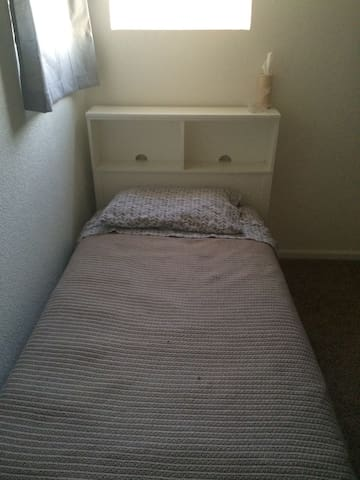 Twin bed in shared landing - Commerce City - Ház