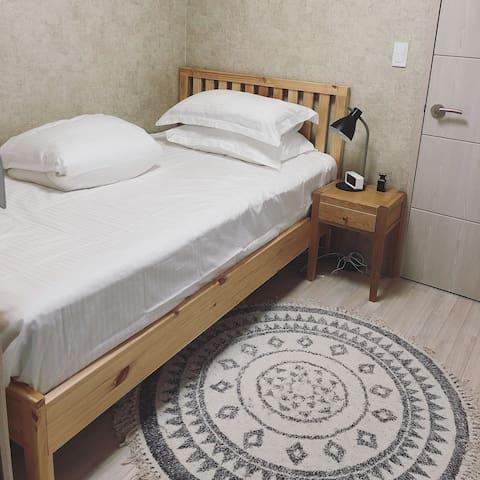 小房间 1.2米床 带独立阳台。