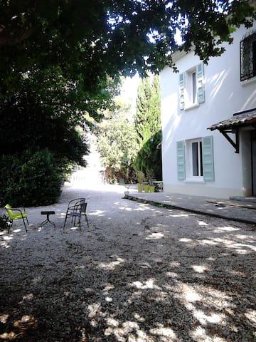 Gîte en rez-de-jardin pour 5 pers. piscine partagé - Bédarrides - Dům