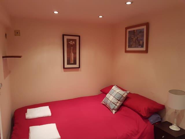 Private EN-SUITE room in City Centre, Stockbridge3