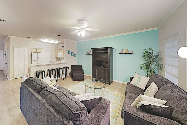 Bright Townhouse with Pool - Walk to Beach