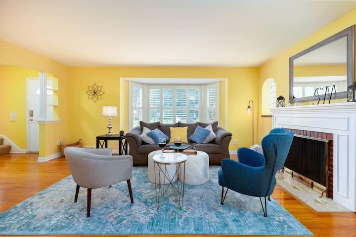 Cozy Home, 3 Bedrooms, Sleeps 8 with Sun Room