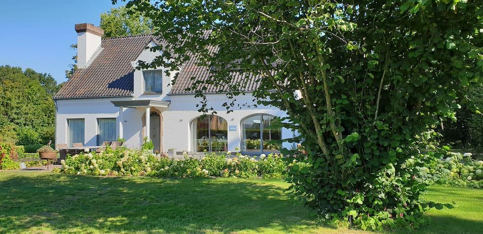 Landelijk gelegen huis met grote tuin.