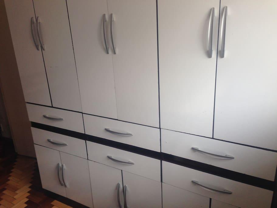 Guarda-roupas com 6 portas e 6 gavetas que pode ser removido para outro quarto caso seja mais de 1 hóspede