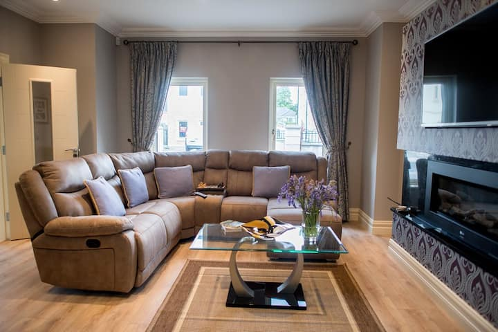 Lux 4 bed home with Hot Tub 5  min walk to Centre