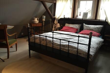 2 gemütliche Zimmer im Dachgeschoss /Klimaanlage - House
