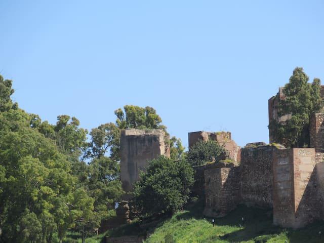 Vista ampliada de Gibralfaro y La Alcazaba desde las ventanitas del pasillo, baño y habitación.