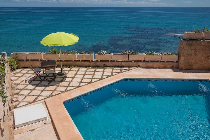 Waterfront villa, with direct access to the sea