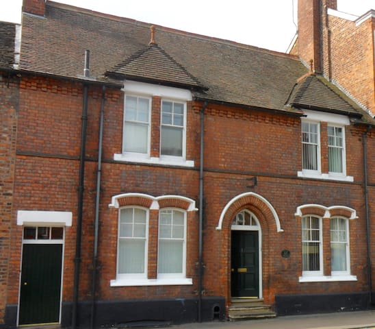 Guild House: 2 linked rooms in conservation area