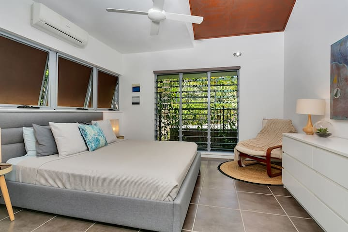 Min bedroom with king bed, walk-in robe and ensuite. Air-conditioned.
